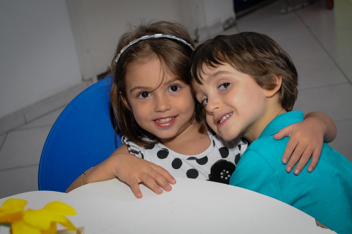 recebendo a amiguinha para sua festa no Buffet Planeta 2, Butantã, SP, festa infantil fotografia infantil, aniversário de Fabrício 4 anos tema da mesa dinossauros