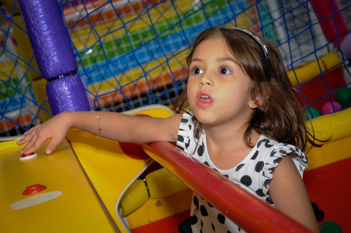 bagunça no labamba no Buffet Planeta 2, Butantã, SP, festa infantil fotografia infantil, aniversário de Fabrício 4 anos tema da mesa dinossauros