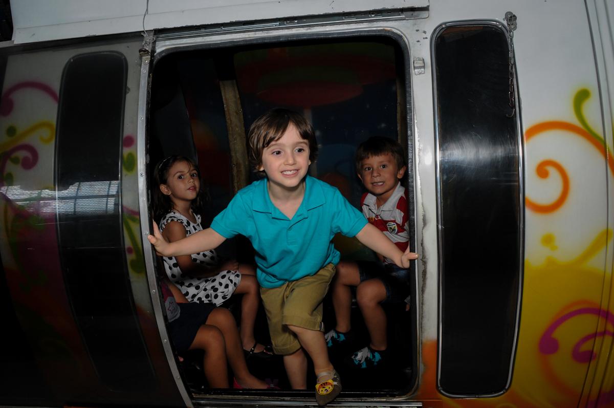 saindo do trenzinho no Buffet Planeta 2, Butantã, SP, festa infantil fotografia infantil, aniversário de Fabrício 4 anos tema da mesa dinossauros