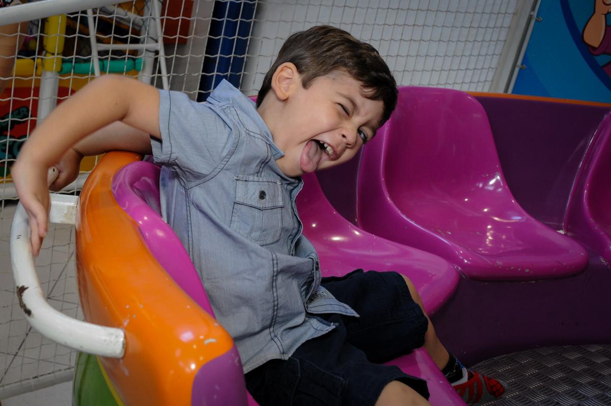 fazendo careta para a fotografia no Buffet Planeta 2, Butantã, SP, festa infantil fotografia infantil, aniversário de Fabrício 4 anos tema da mesa dinossauros