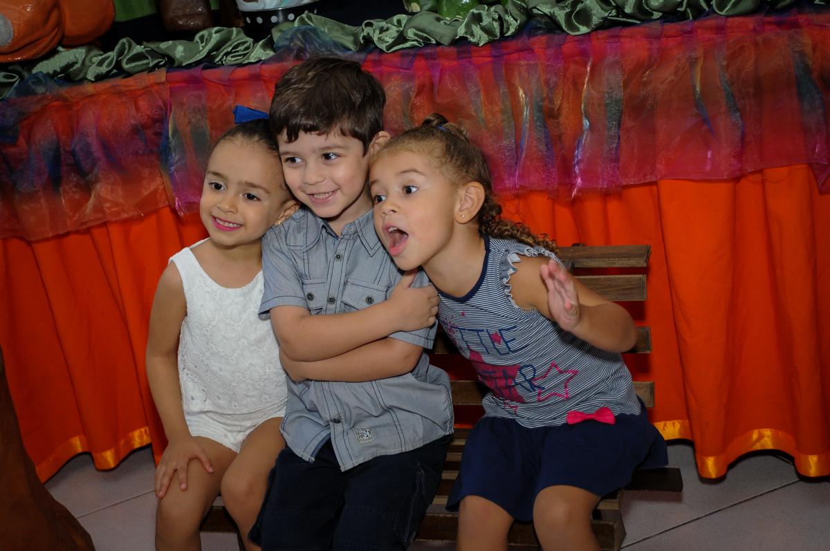 bagunça na hora da foto em frente a mesa decorada no Buffet Planeta 2, Butantã, SP, festa infantil fotografia infantil, aniversário de Fabrício 4 anos tema da mesa dinossauros