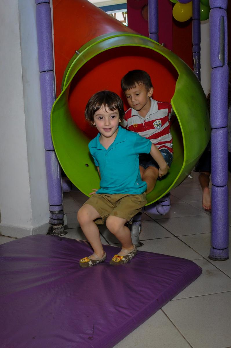 trenzinho de crianças no escorregador do brinquedão no Buffet Planeta 2, Butantã, SP, festa infantil fotografia infantil, aniversário de Fabrício 4 anos tema da mesa dinossauros