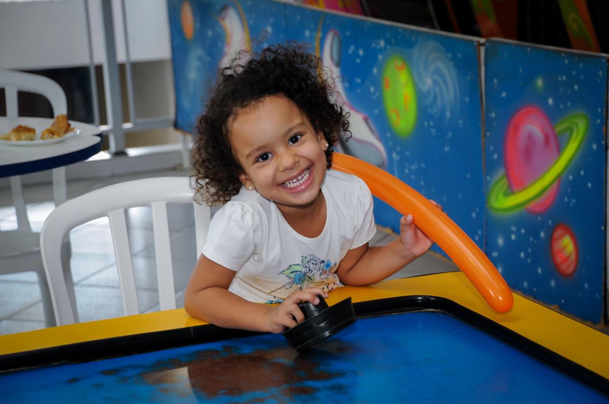 sorriso lindo para fazer a foto no Buffet Planeta 2, Butantã, SP, festa infantil fotografia infantil, aniversário de Fabrício 4 anos tema da mesa dinossauros