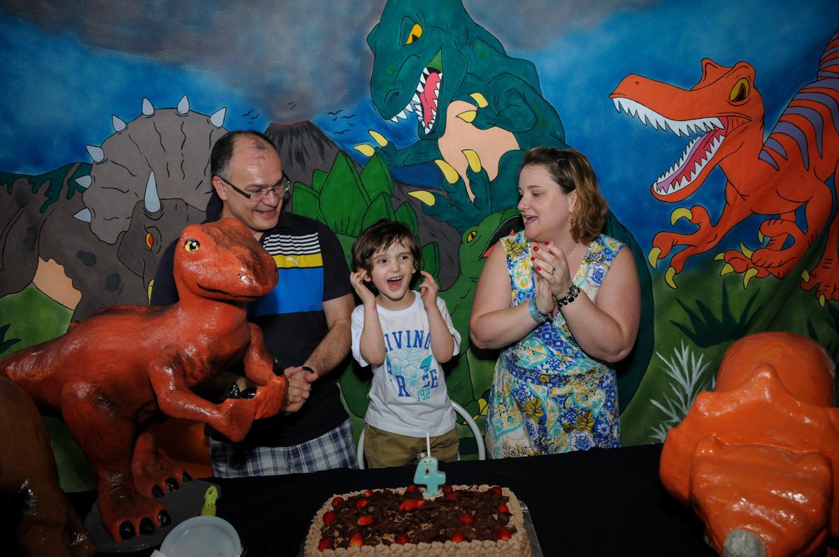 hora de cantar parabéns no Buffet Planeta 2, Butantã, SP, festa infantil fotografia infantil, aniversário de Fabrício 4 anos tema da mesa dinossauros