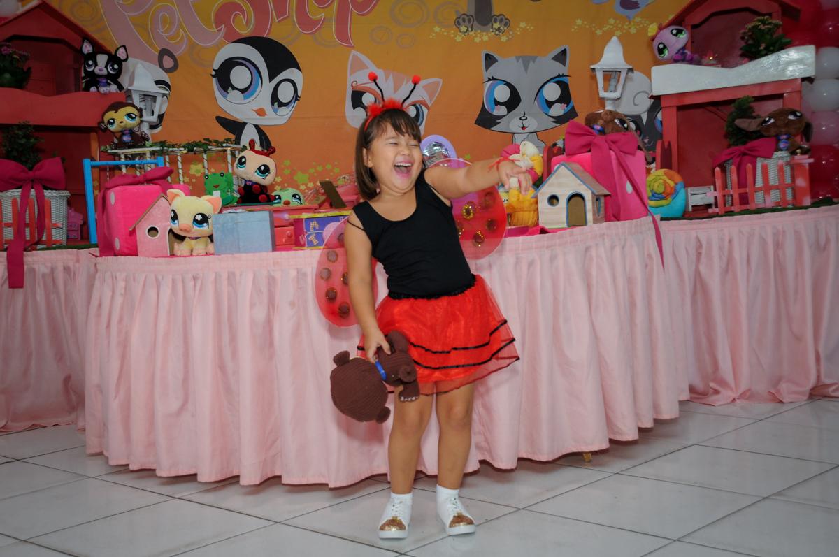 muita risada na hora de fazer a fotografia na mesa decorada no Buffet Fábrica da Alegria,festa infantil, aniversário infantil, fotografia infantil,aniversariante Karina 6 anos tema da festa Pet