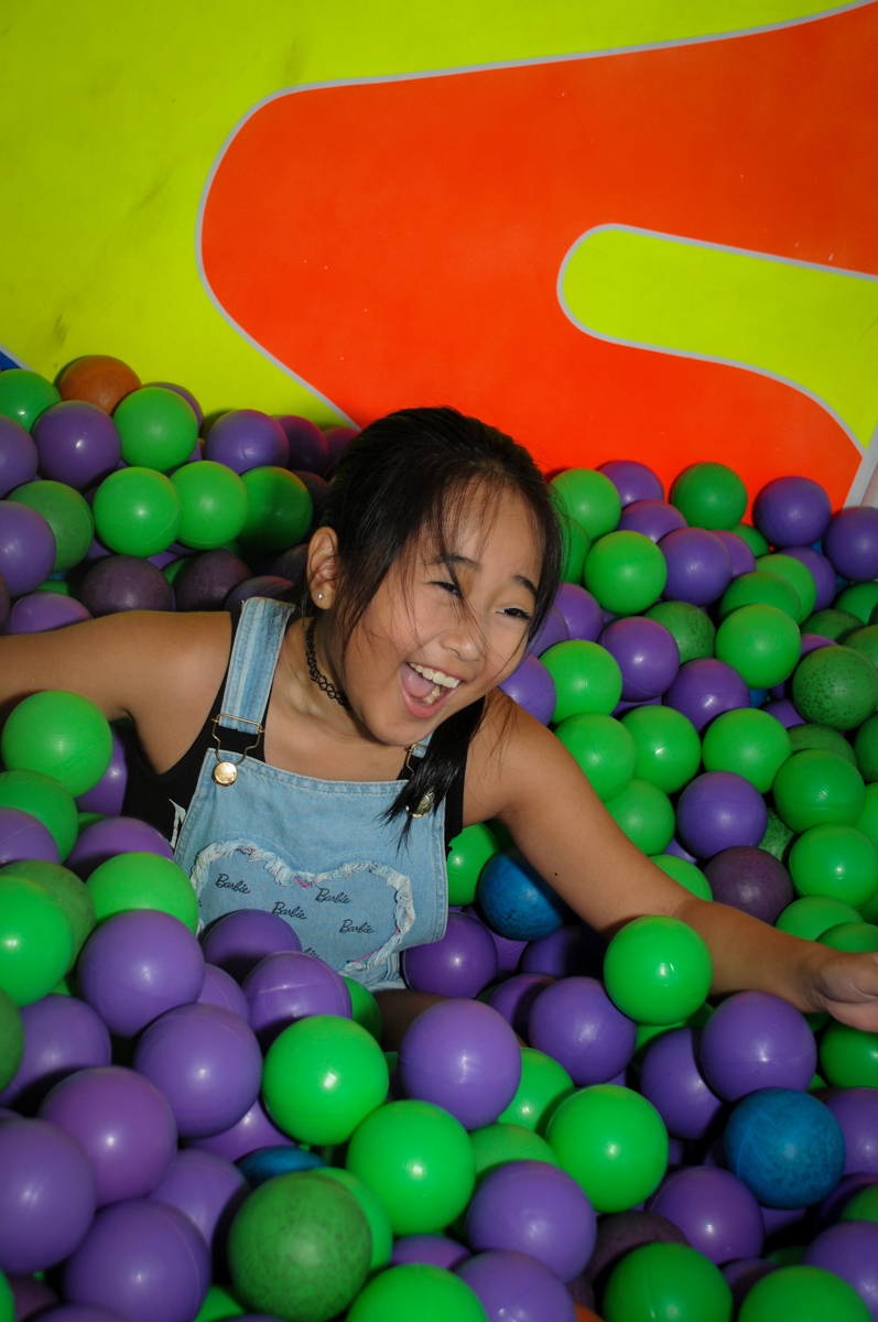 bagunça na piscina de bolinha no Buffet Fábrica da Alegria,festa infantil, aniversário infantil, fotografia infantil,aniversariante Karina 6 anos tema da festa Pet