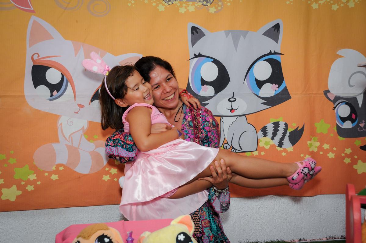 bagunça na hora do parabésn no Buffet Fábrica da Alegria,festa infantil, aniversário infantil, fotografia infantil,aniversariante Karina 6 anos tema da festa Pet