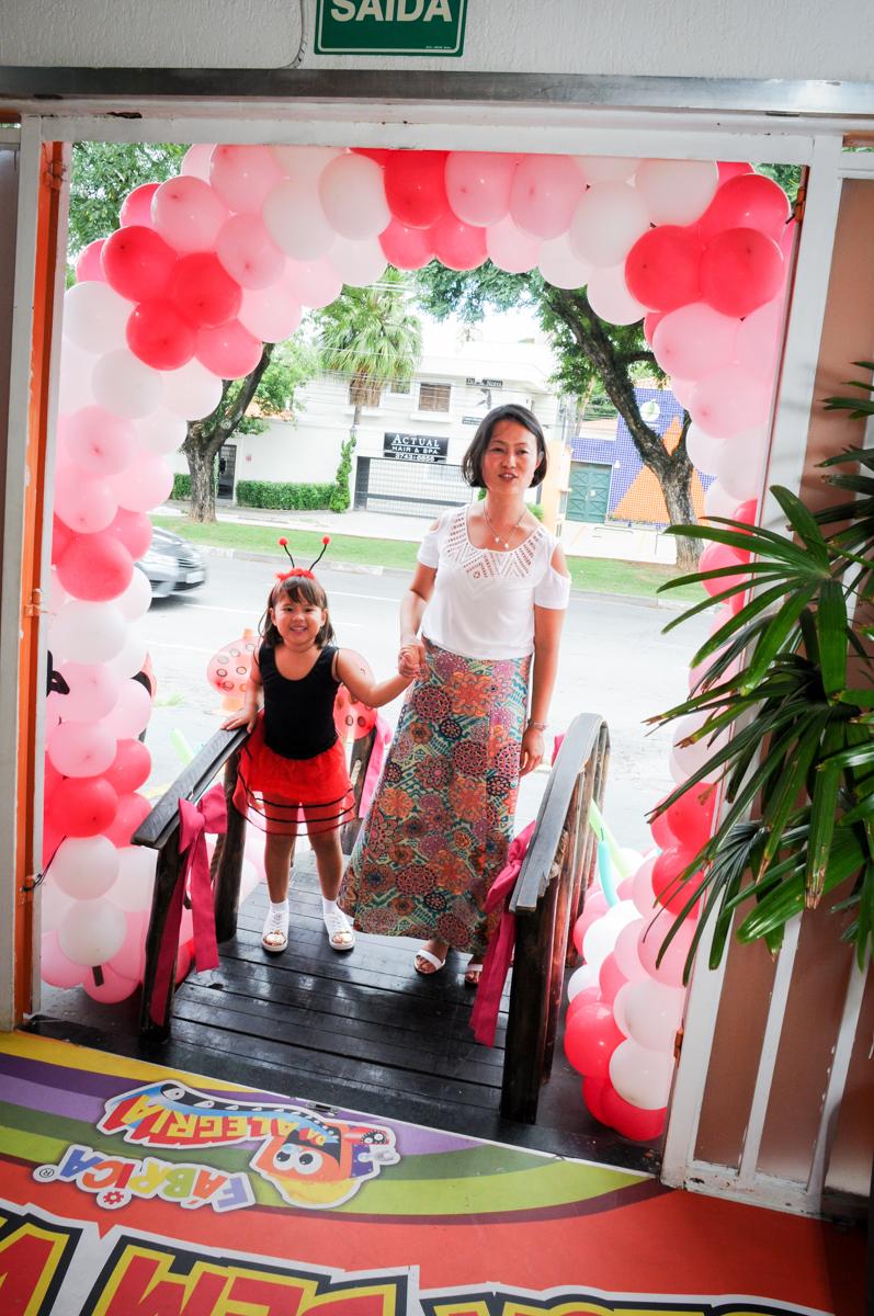 entrada da aniversariante com a mãe com a aniversatine no Buffet Fábrica da Alegria,festa infantil, aniversário infantil, fotografia infantil,aniversariante Karina 6 anos tema da festa Pet