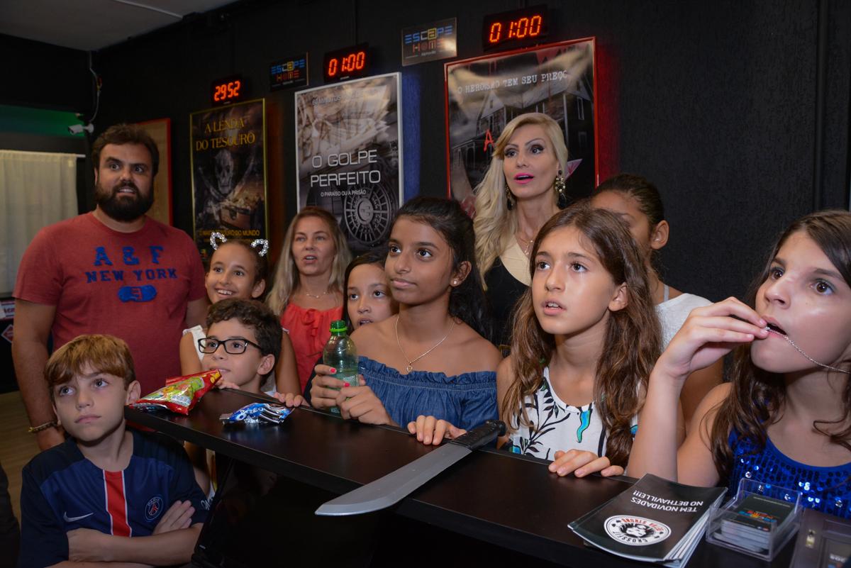 as crianças estão atentas no Escape Home, Alphaville, São Paulo, Luana 10 anos