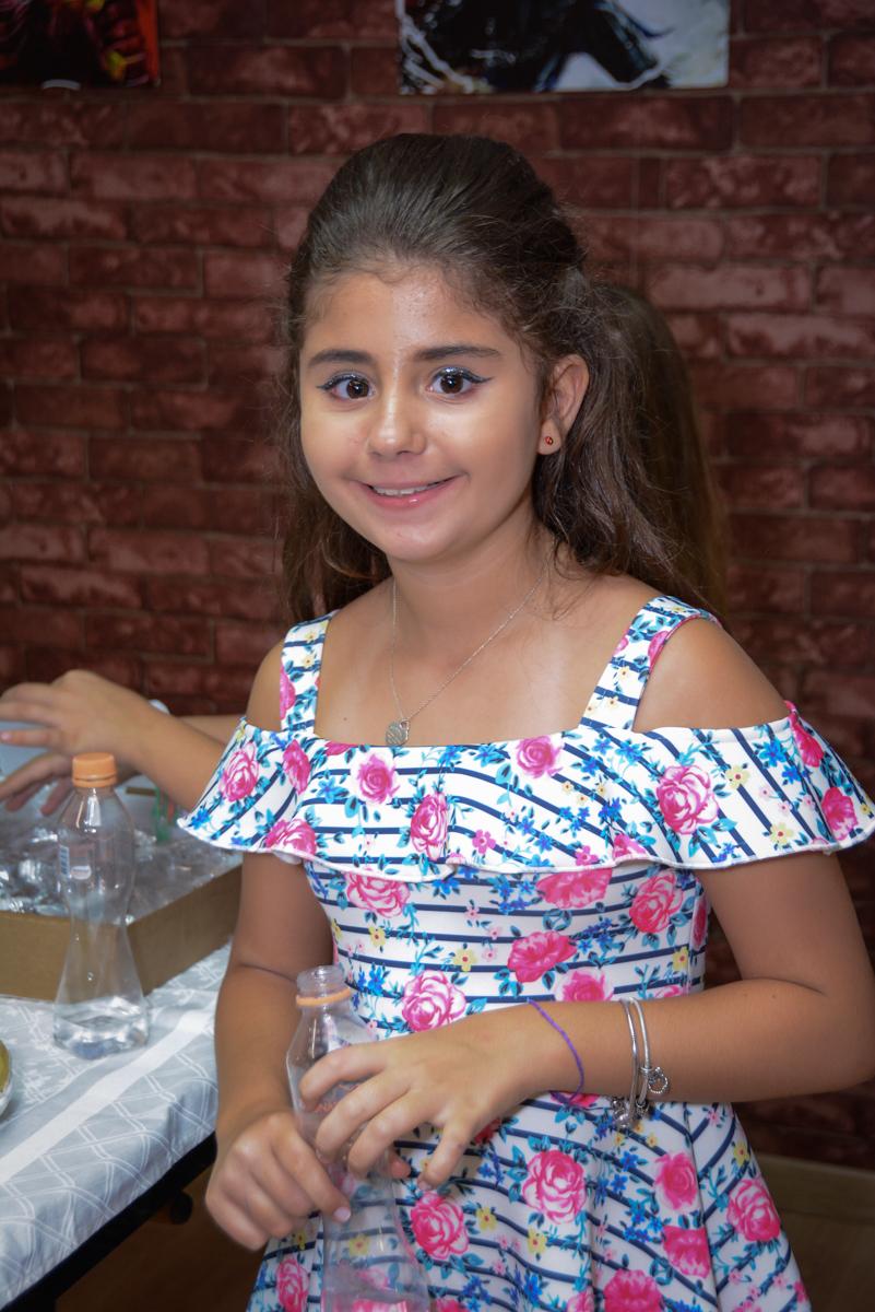aniversariante está feliz em sua festa no Escape Home, Alphaville, São Paulo, Luana 10 anos