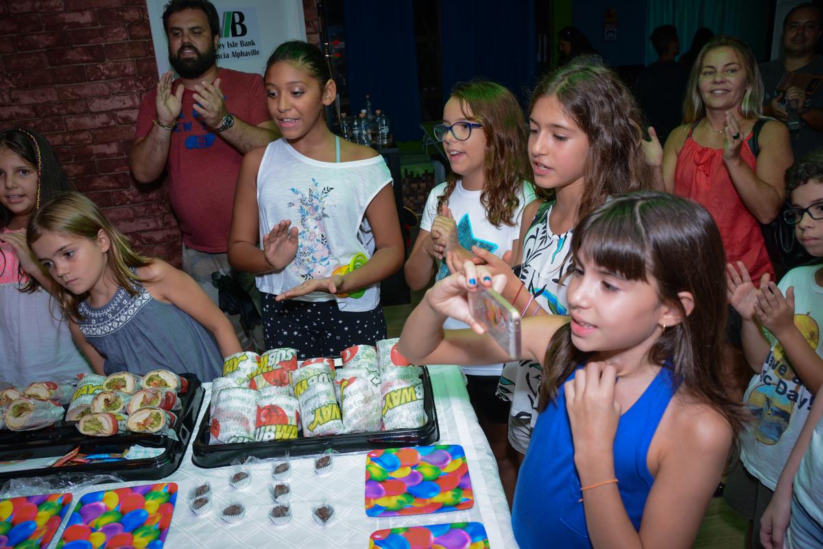 Amigas animadas para o parabéns no Escape Home, Alphaville, São Paulo, Luana 10 anos