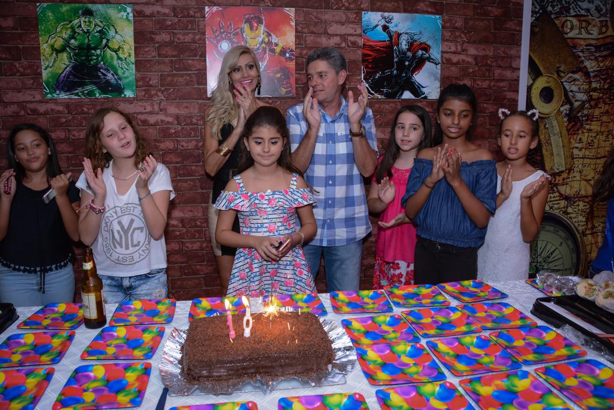 Família feliz a mesa do parabéns no Escape Home, Alphaville, São Paulo, Luana 10 anos