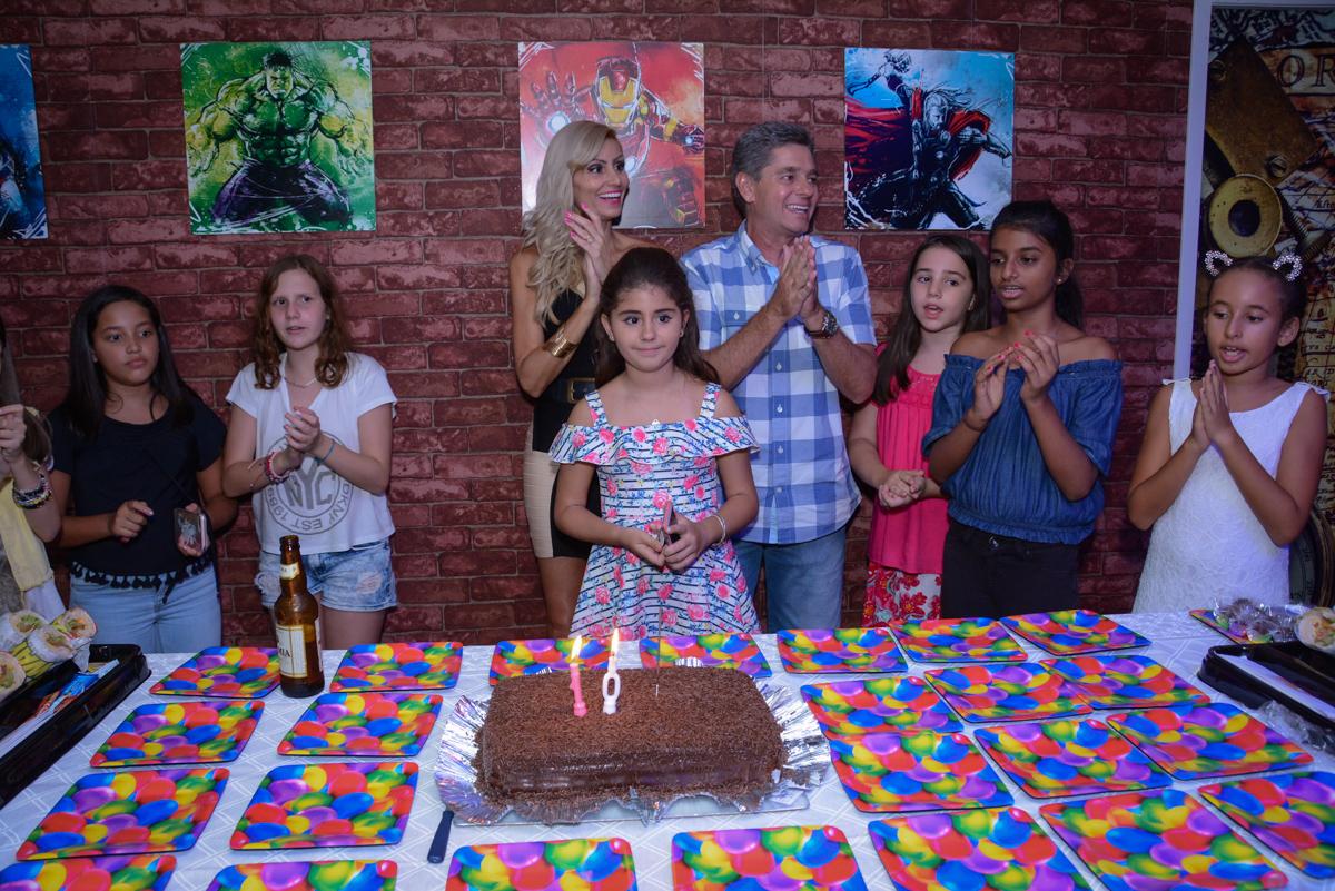 Os pais felizes no parabéns no Escape Home, Alphaville, São Paulo, Luana 10 anos