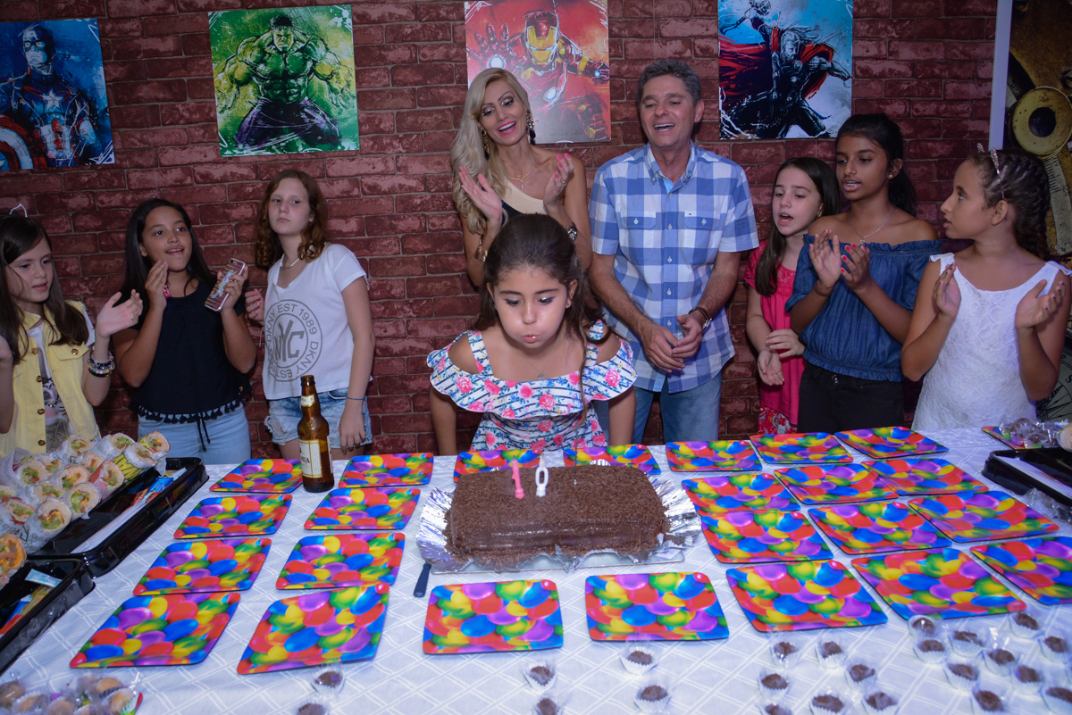 soprando a velinha do bolo no Escape Home, Alphaville, São Paulo, Luana 10 anos