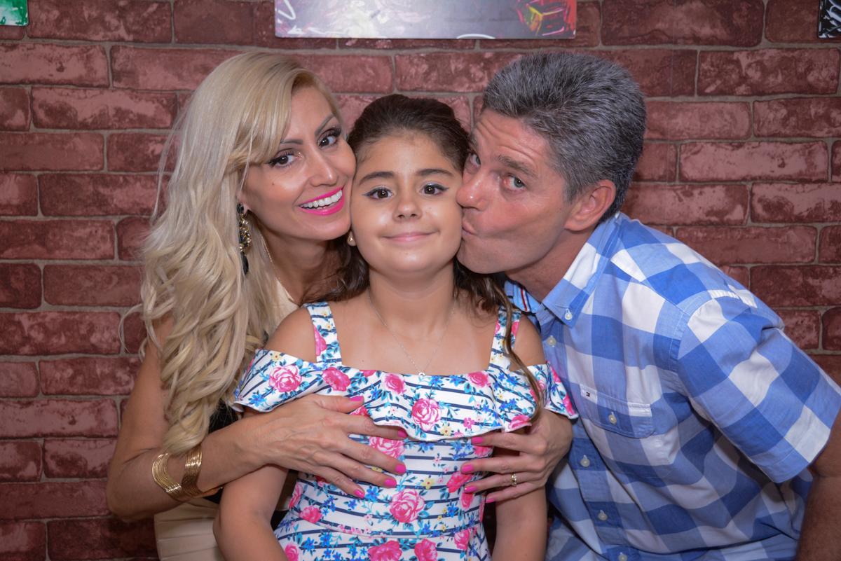 beijinho dos pais no Escape Home, Alphaville, São Paulo, Luana 10 anos