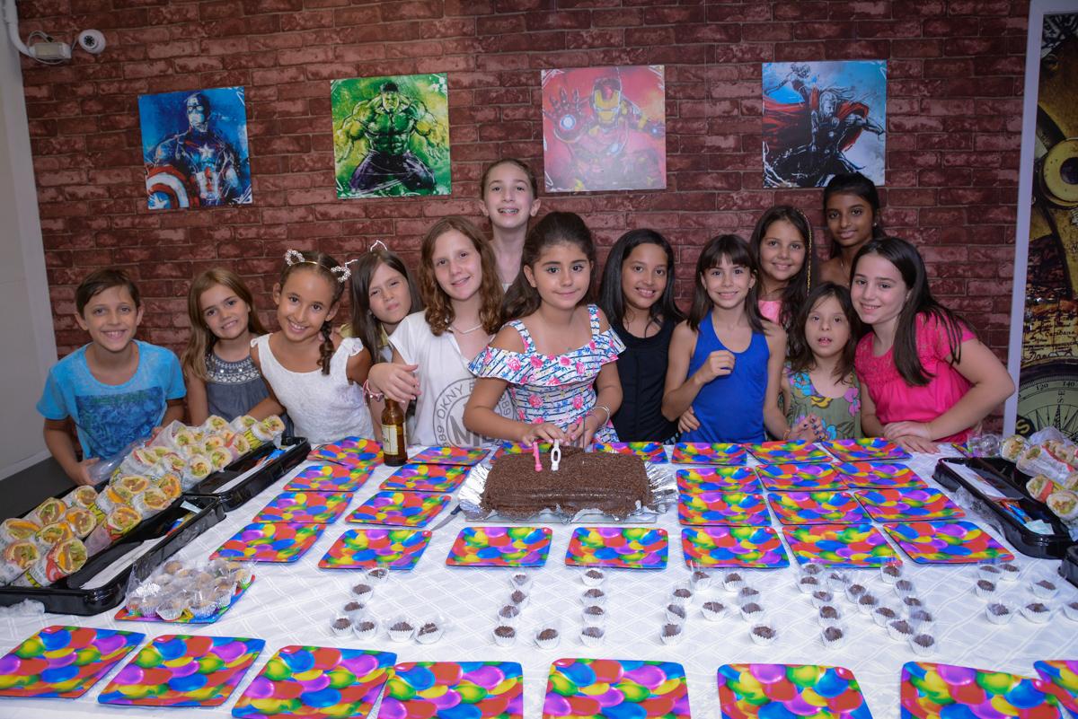 cortando o primeiro pedaço do bolo no Escape Home, Alphaville, São Paulo, Luana 10 anos
