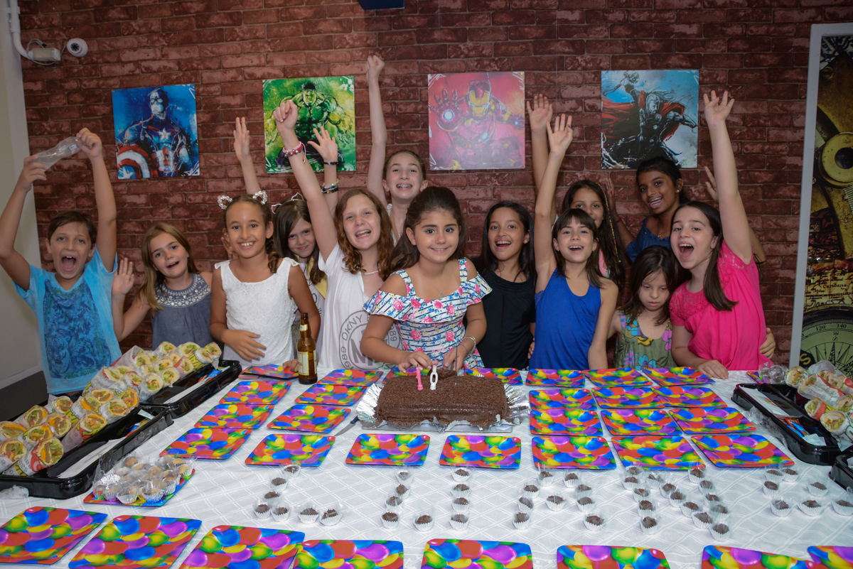 animação das amigas para a foto no Escape Home, Alphaville, São Paulo, Luana 10 anos
