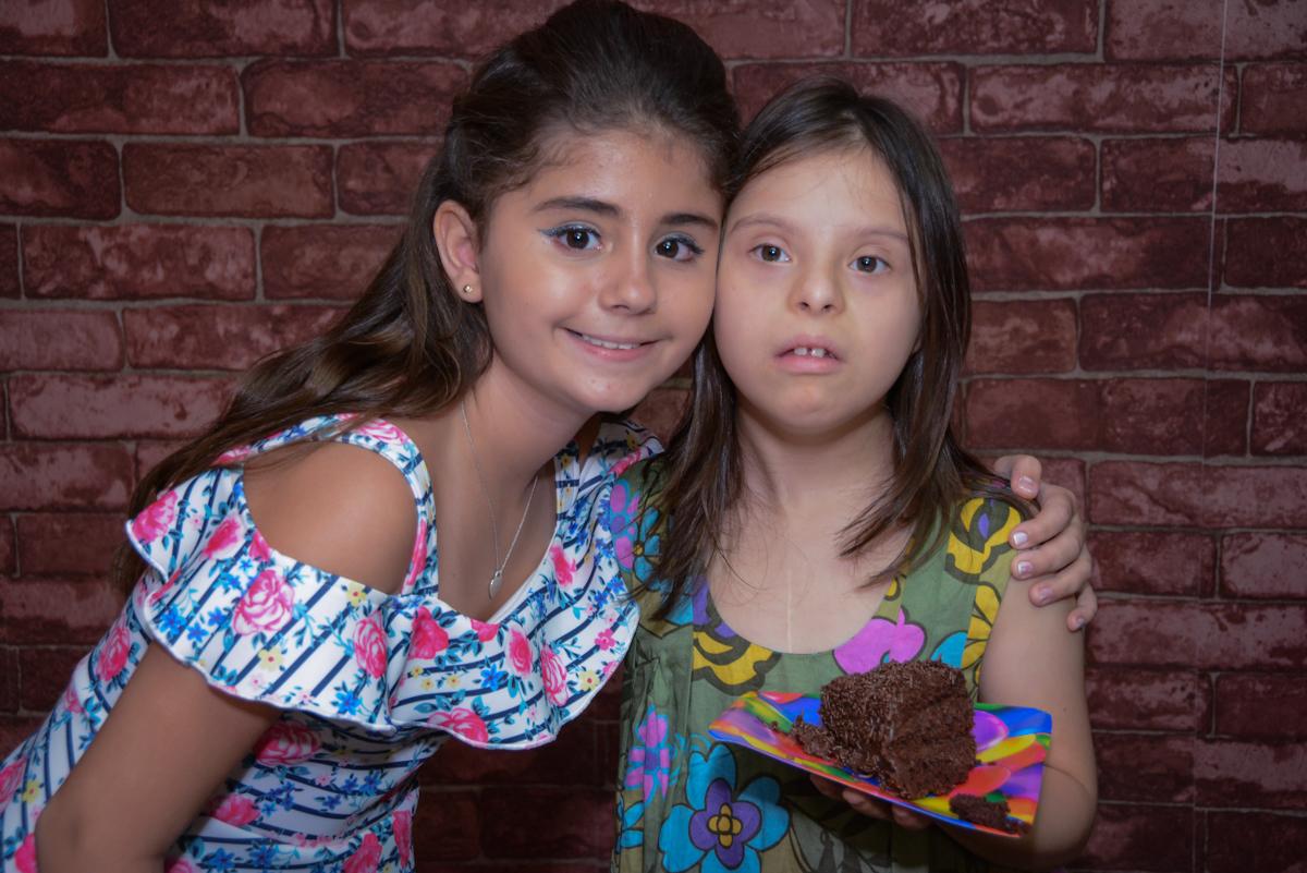 amiga preferida ganha o primeiro pedaço do bolo no Escape Home, Alphaville, São Paulo, Luana 10 anos