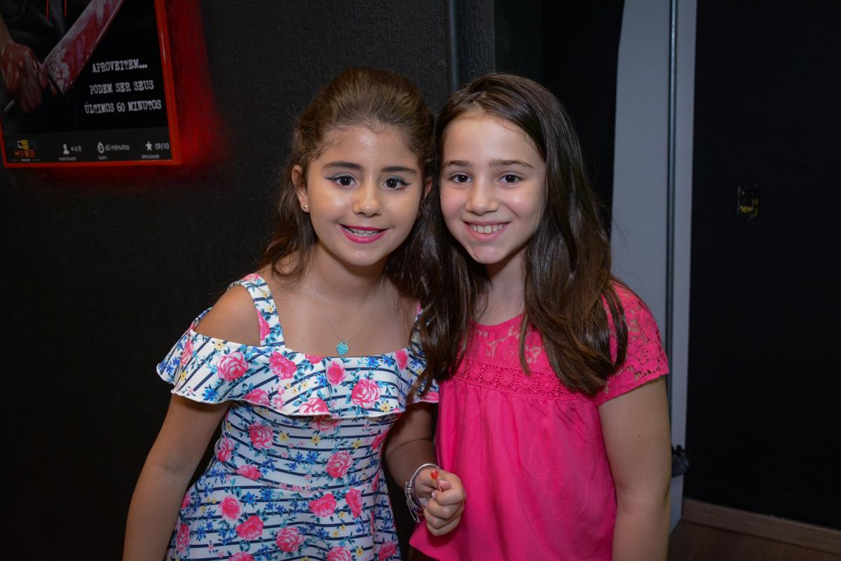 recebendo a amiga para sua festa no Escape Home, Alphaville, São Paulo, Luana 10 anos