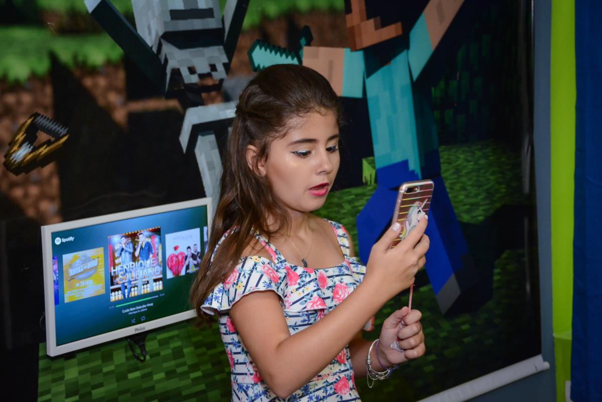 atendendo ao celular no Escape Home, Alphaville, São Paulo, Luana 10 anos