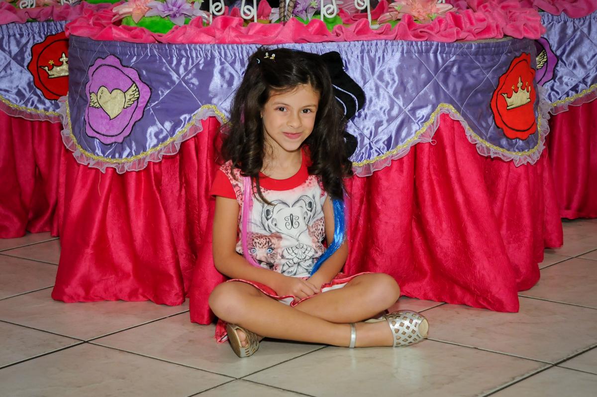 foto em frente a mesa temática no Festa infantil, Buffet Fábrica da Alegria, aniversário de Laínia 7 anos, tema da festa Monster High