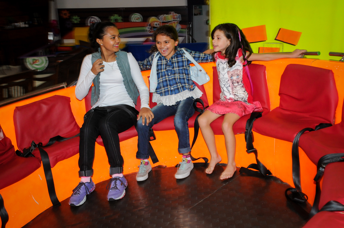 brincando no labamba no Festa infantil, Buffet Fábrica da Alegria, aniversário de Laínia 7 anos, tema da festa Monster High