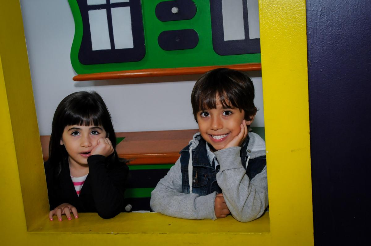 pose para a foto na casinha no Festa infantil, Buffet Fábrica da Alegria, aniversário de Laínia 7 anos, tema da festa Monster High