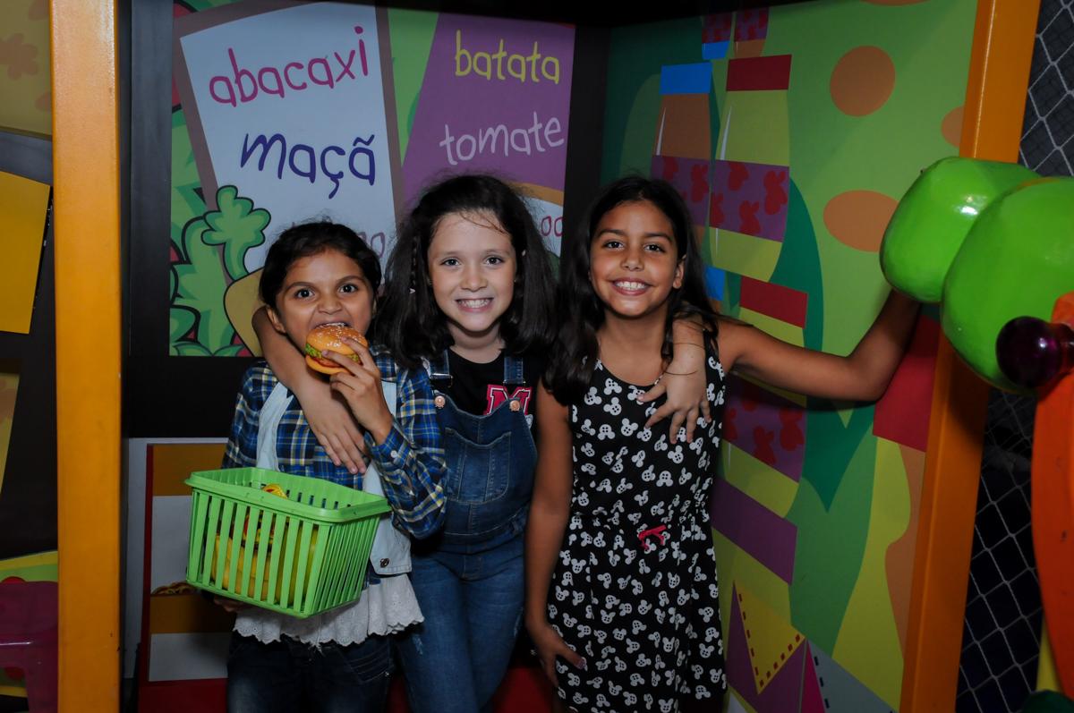 brincadeira no mercadinho no Festa infantil, Buffet Fábrica da Alegria, aniversário de Laínia 7 anos, tema da festa Monster High