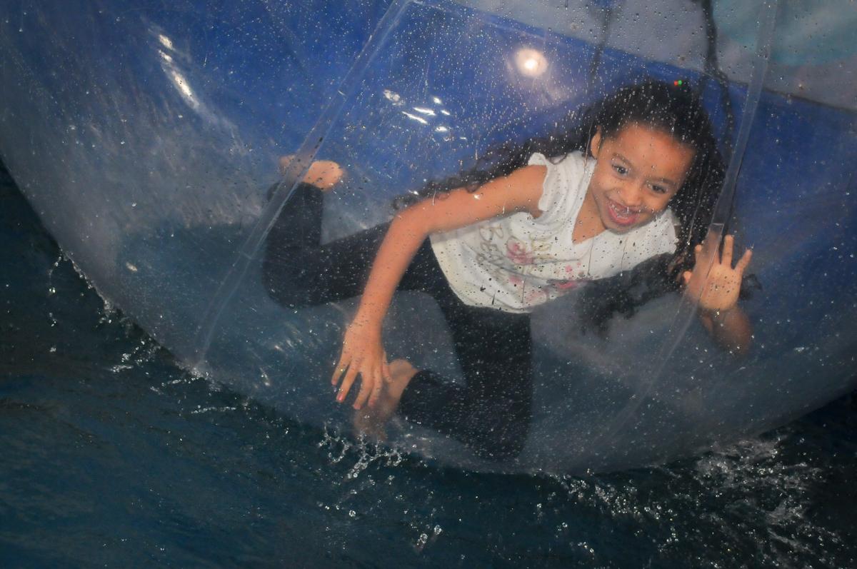 mais brincadeira no aqua bol no Festa infantil, Buffet Fábrica da Alegria, aniversário de Laínia 7 anos, tema da festa Monster High