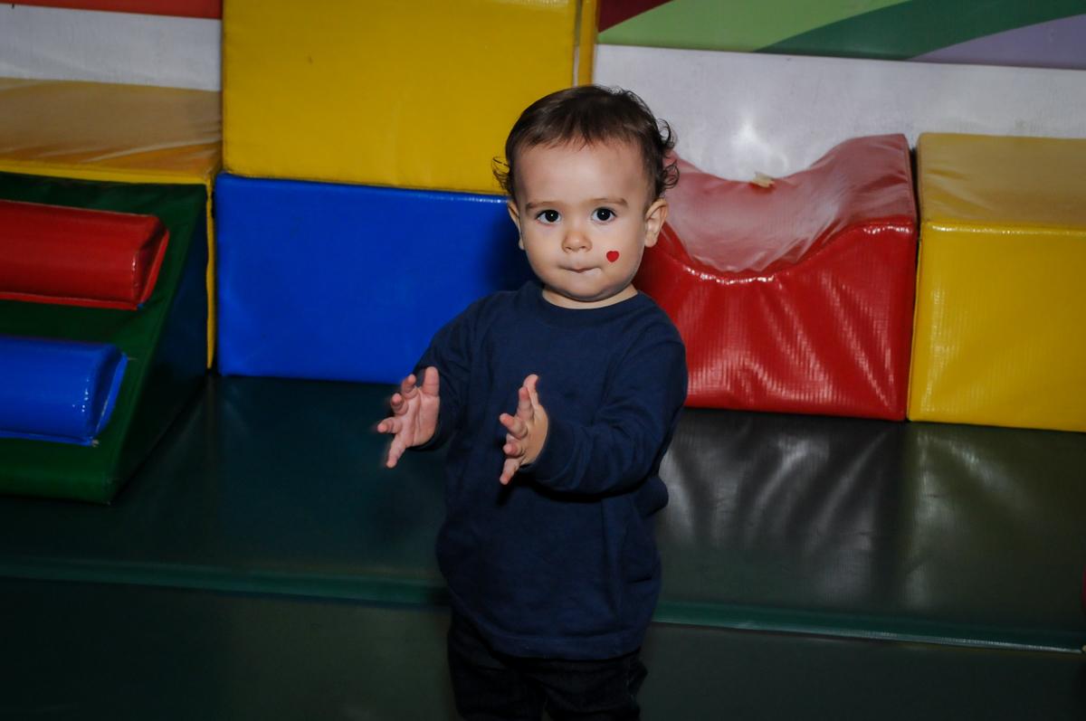 A bebê brinca na área baby no Festa infantil, Buffet Fábrica da Alegria, aniversário de Laínia 7 anos, tema da festa Monster High
