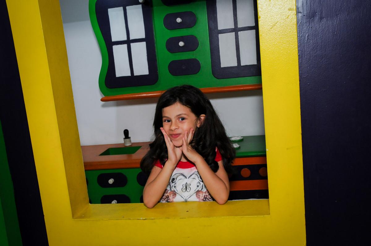 aniversariante é fotografada n casinha no Festa infantil, Buffet Fábrica da Alegria, aniversário de Laínia 7 anos, tema da festa Monster High