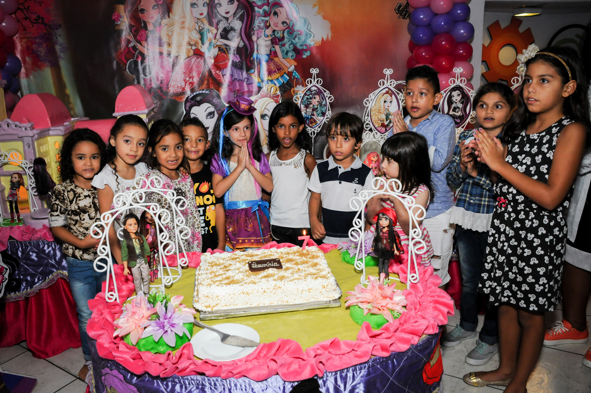 amigos reunidos a mesa para cantar o parabéns no Festa infantil, Buffet Fábrica da Alegria, aniversário de Laínia 7 anos, tema da festa Monster High