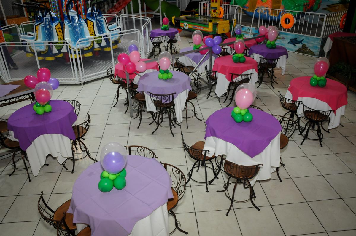 mesas decoradas com bexigas no Festa infantil, Buffet Fábrica da Alegria, aniversário de Laínia 7 anos, tema da festa Monster High
