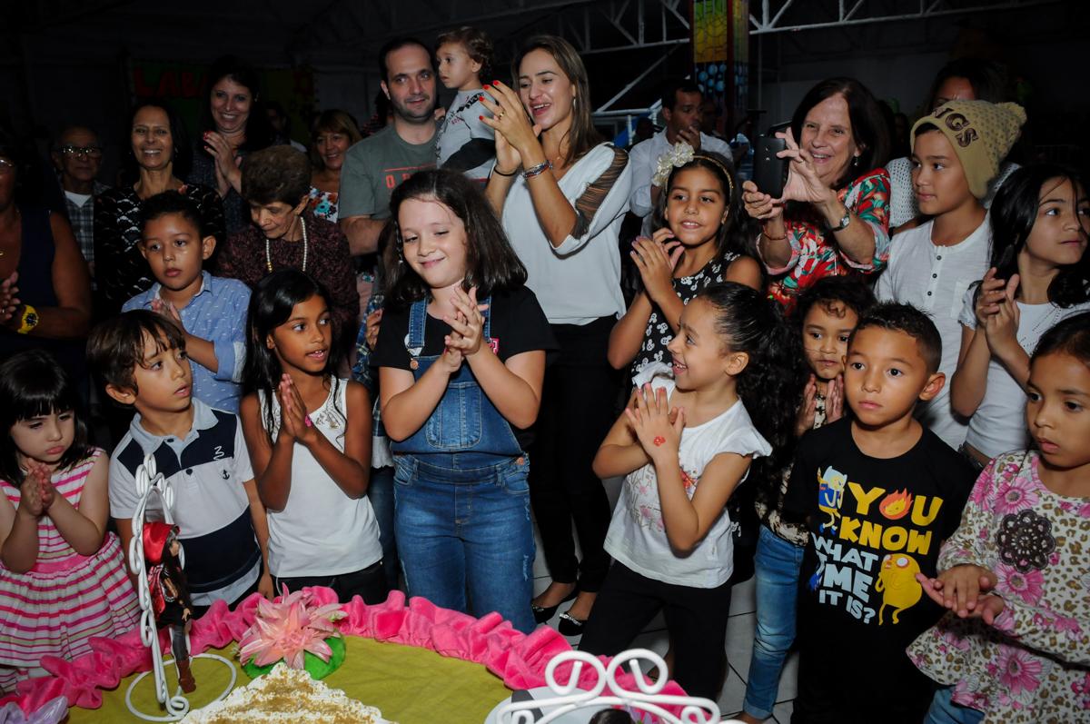 cantando parabéns no Festa infantil, Buffet Fábrica da Alegria, aniversário de Laínia 7 anos, tema da festa Monster High