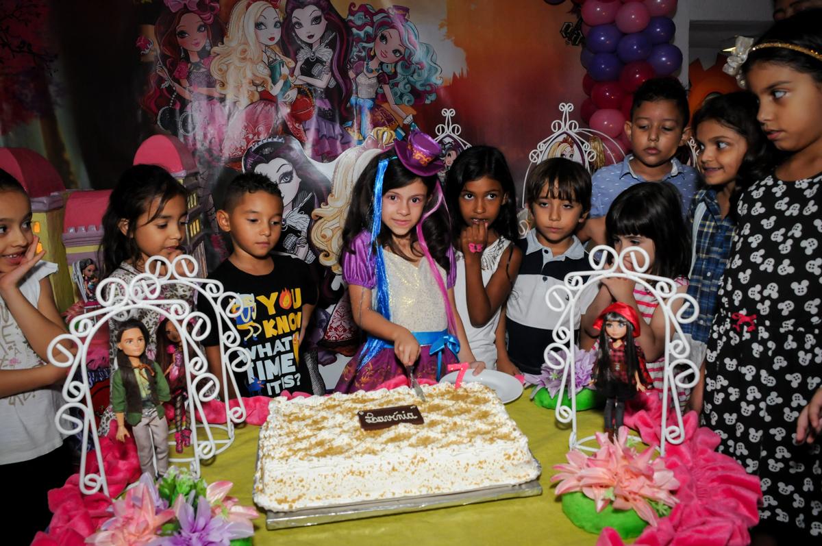 cortando o primeiro pedaço de bolo no Festa infantil, Buffet Fábrica da Alegria, aniversário de Laínia 7 anos, tema da festa Monster High