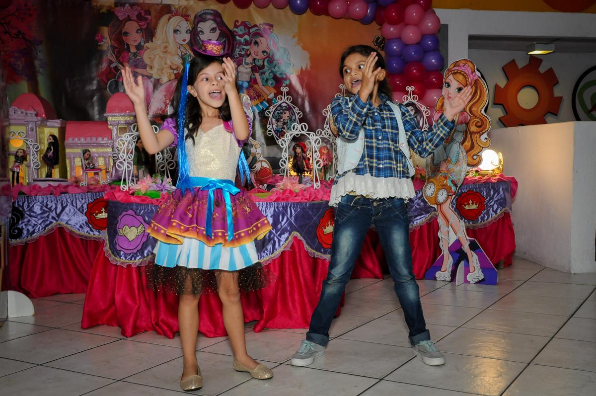 A coreografia continua no Festa infantil, Buffet Fábrica da Alegria, aniversário de Laínia 7 anos, tema da festa Monster High
