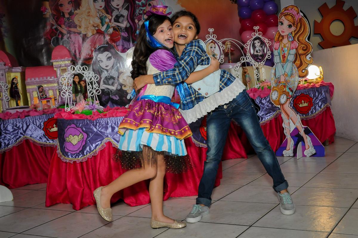 abraço no final da coreografia no Festa infantil, Buffet Fábrica da Alegria, aniversário de Laínia 7 anos, tema da festa Monster High