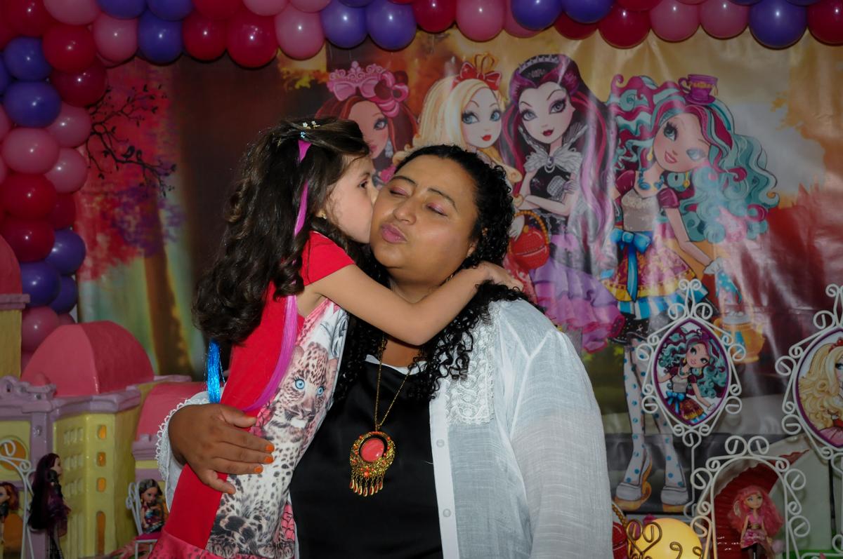 beijinho na mamãe no Festa infantil, Buffet Fábrica da Alegria, aniversário de Laínia 7 anos, tema da festa Monster High