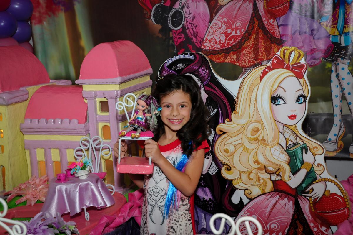 fotografia da aniversariante no Festa infantil, Buffet Fábrica da Alegria, aniversário de Laínia 7 anos, tema da festa Monster High