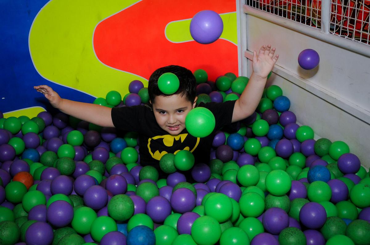 caindo na piscina de bolinha no Buffet Fábrica da Alegria, festa Infantil, aniversário de Gregório 5 anos, tema da festa Batman