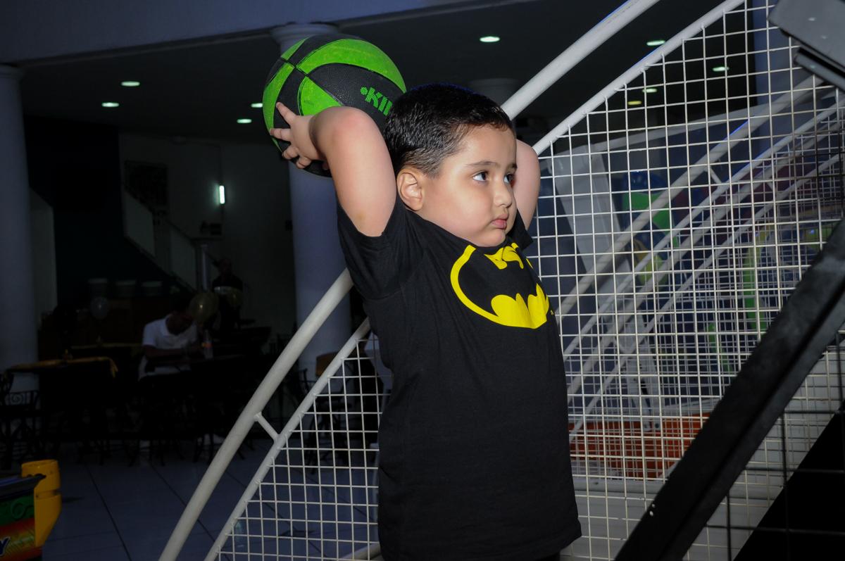 jogo de basquetebol no Buffet Fábrica da Alegria, festa Infantil, aniversário de Gregório 5 anos, tema da festa Batman