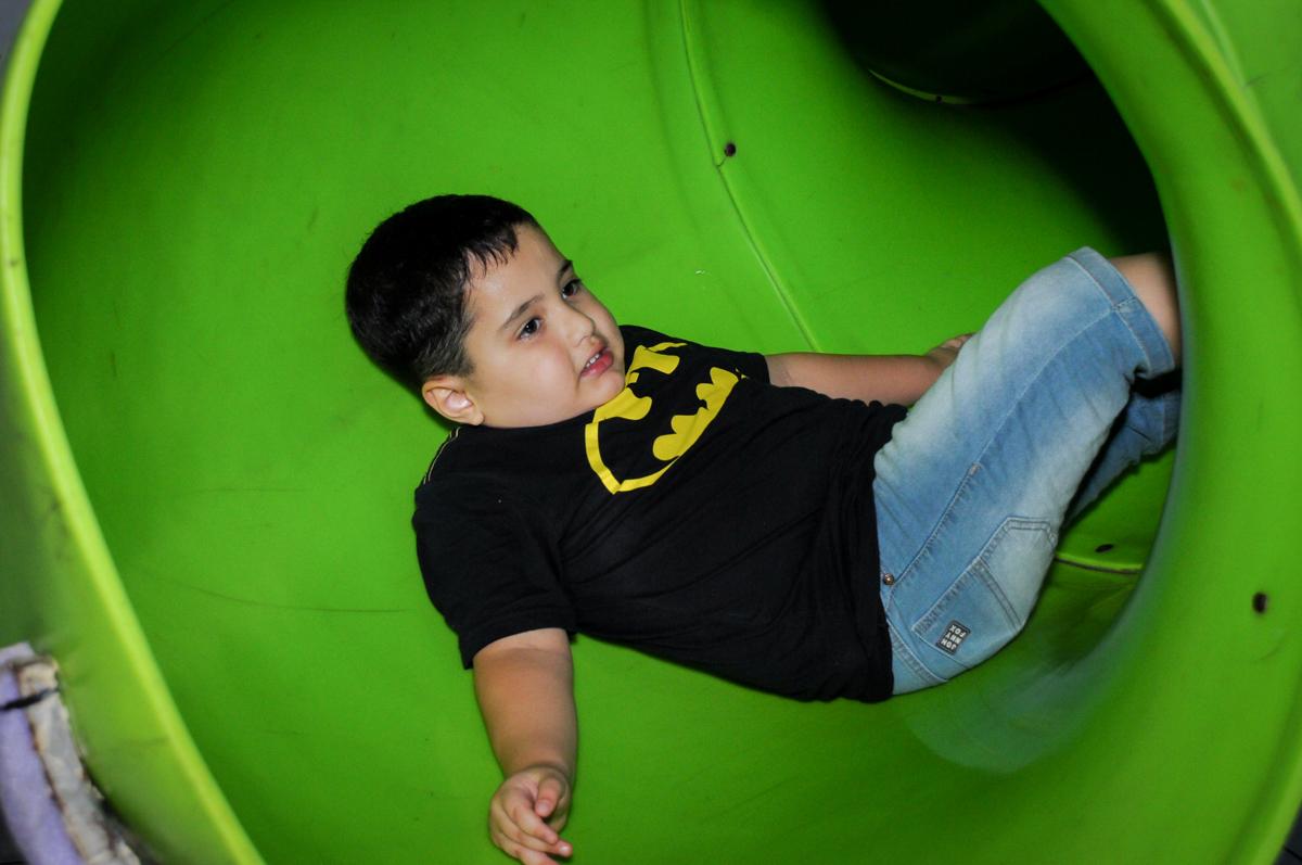 descendo no escorregador no Buffet Fábrica da Alegria, festa Infantil, aniversário de Gregório 5 anos, tema da festa Batman