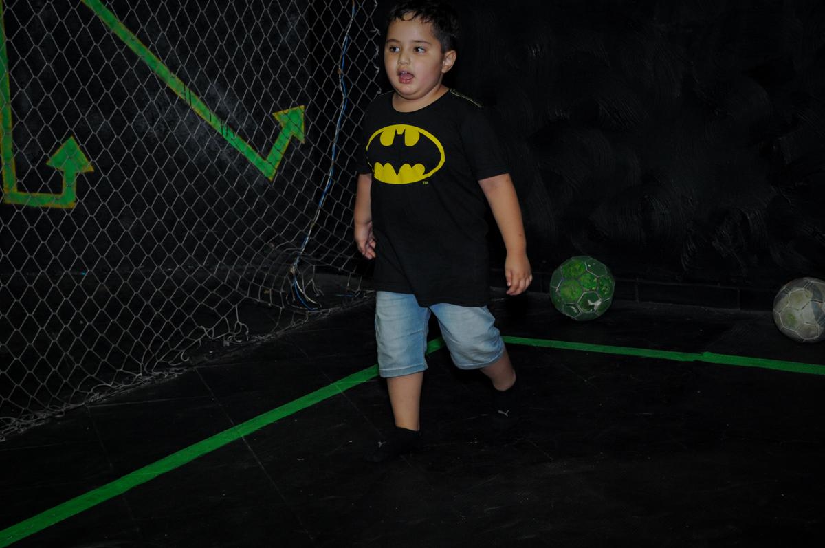 jogo de futebol no ecuro no Buffet Fábrica da Alegria, festa Infantil, aniversário de Gregório 5 anos, tema da festa Batman