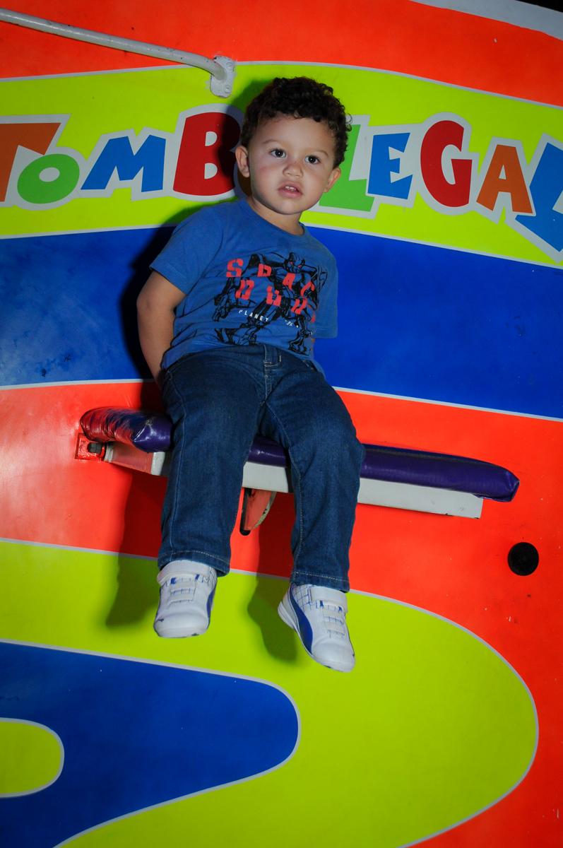brincadeira no tombo legal no Buffet Fábrica da Alegria, festa Infantil, aniversário de Gregório 5 anos, tema da festa Batman