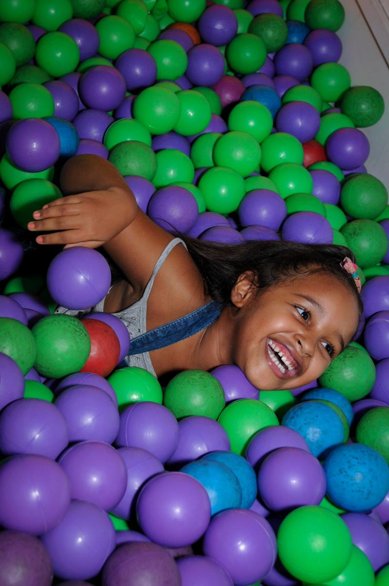 caindo na piscina e bolinha no Buffet Fábrica da Alegria, festa Infantil, aniversário de Gregório 5 anos, tema da festa Batman