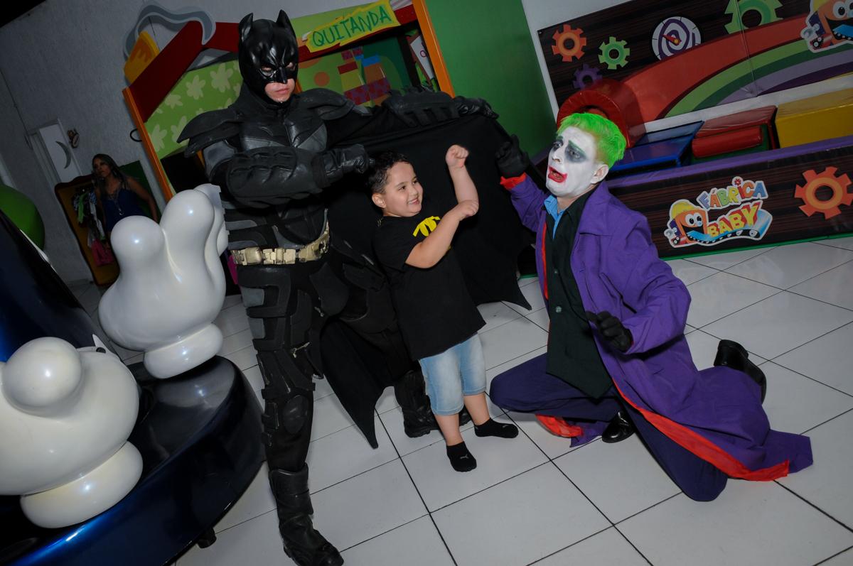 chegada dos personagens para o show do batman no Buffet Fábrica da Alegria, festa Infantil, aniversário de Gregório 5 anos, tema da festa Batman