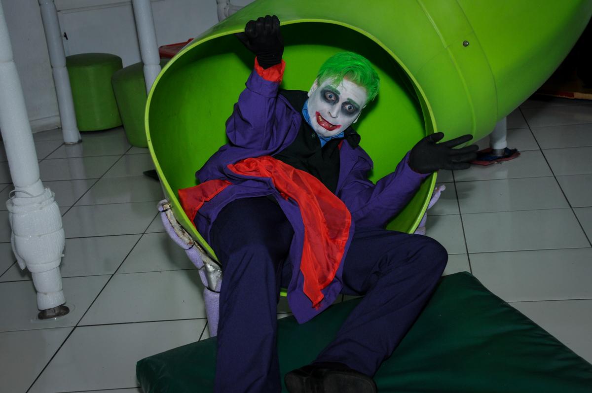 personagem do batman no escorregador no Buffet Fábrica da Alegria, festa Infantil, aniversário de Gregório 5 anos, tema da festa Batman