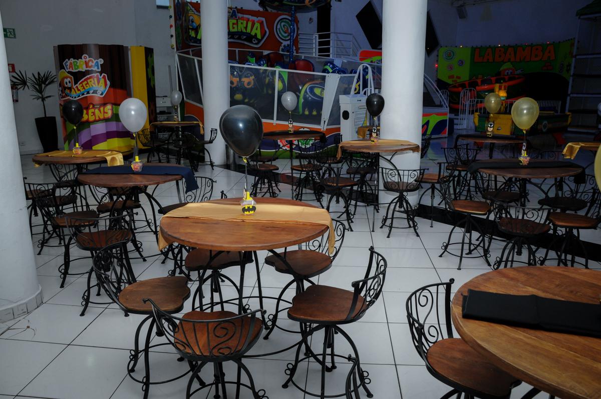 mesas decoradas com bexigas no Buffet Fábrica da Alegria, festa Infantil, aniversário de Gregório 5 anos, tema da festa Batman