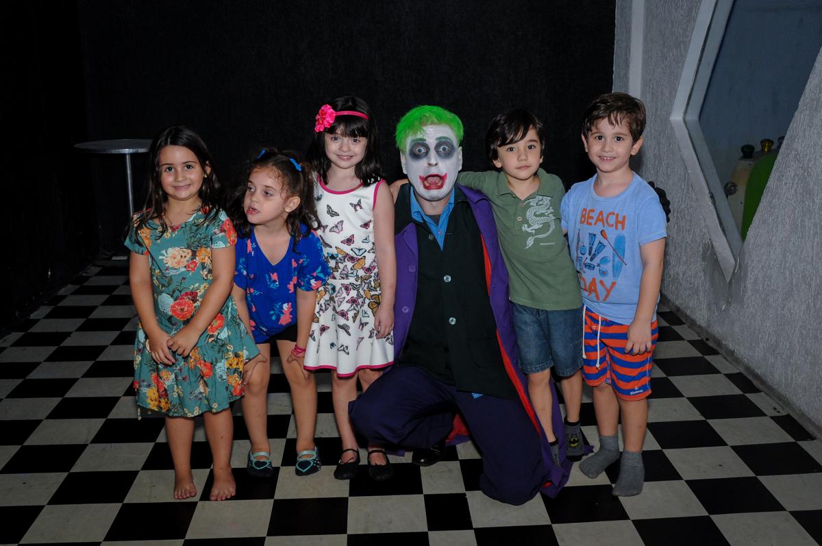 as crianças fazem foto com os personagns do batman no Buffet Fábrica da Alegria, festa Infantil, aniversário de Gregório 5 anos, tema da festa Batman