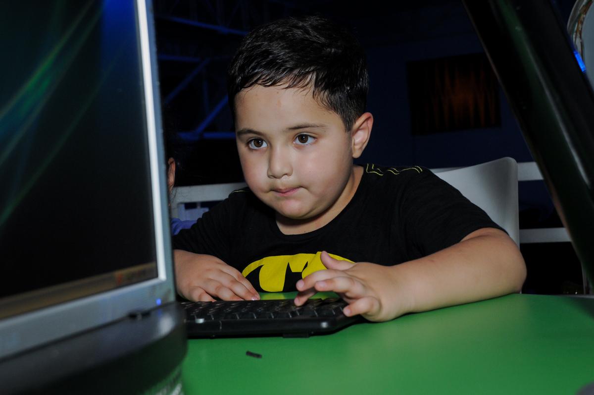 aniversariante joga nos games no Buffet Fábrica da Alegria, festa Infantil, aniversário de Gregório 5 anos, tema da festa Batman
